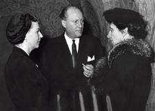 Fröken Florence Stephens (t h) i samtal med prins Carl Bernadotte utanför rättssalen 1957.